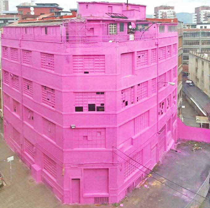 Un edificio de Bilbao se tiñe de rosa en honor al Guggenheim